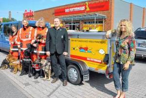 Das Futterhaus - Übergabe Hundetransportanhänger RHS Kreis Pinneberg